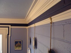 picture-rail-molding-108_on-brick-wall